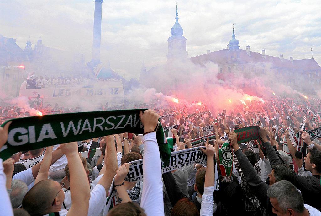 Feta piłkarzy i kibiców Legii po zdobyciu tytułu Mistrza Polski. Warszawa, pl. Zamkowy, 21 maja 2018