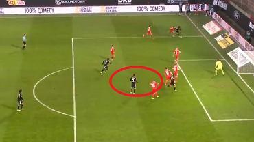Robert Lewandowski strzela gola w meczu Union Berlin - Bayern Monachium