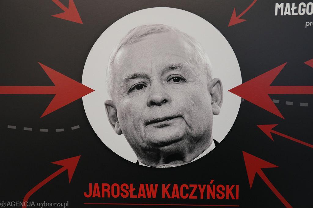 Tablica 'Układ Kaczyńskiego' eksponowana przed klubem PO. Warszawa, Sejm, 19 lutego 2019
