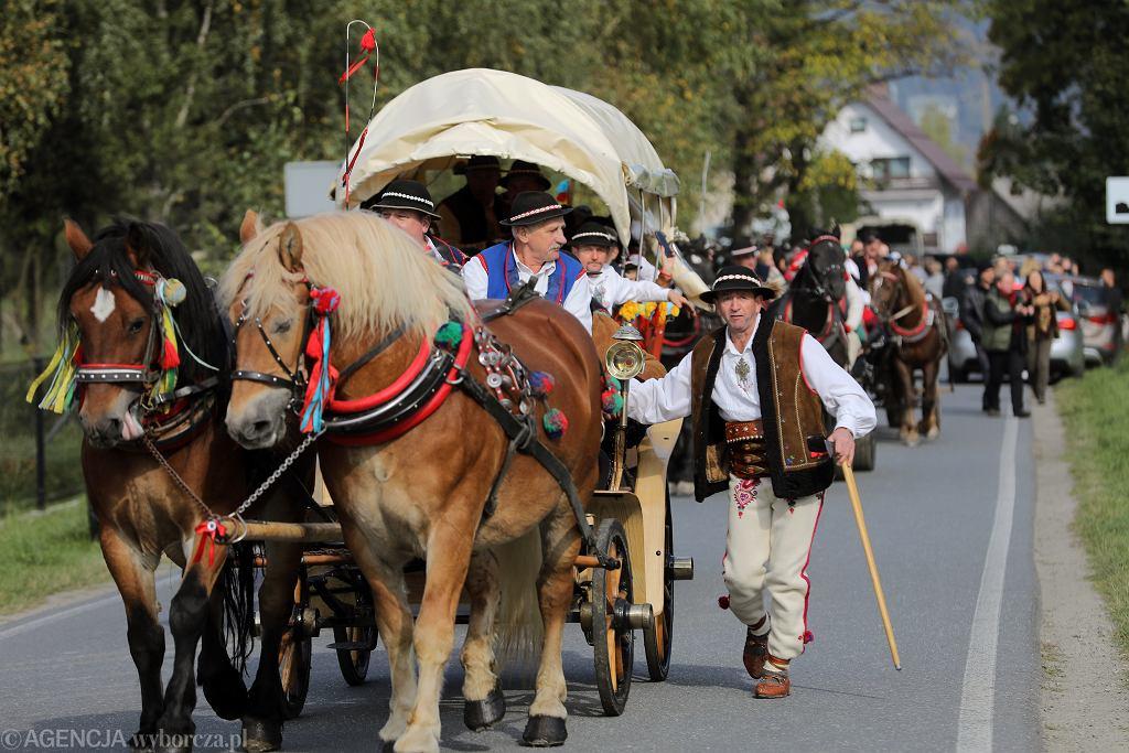 Redyk odbył się w asyście 20 konnych wozów wiozących zaproszonych gości