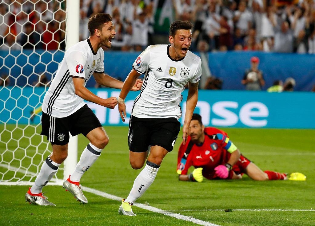 Niemcy-Włochy. Mesut Ozil świętuje po golu