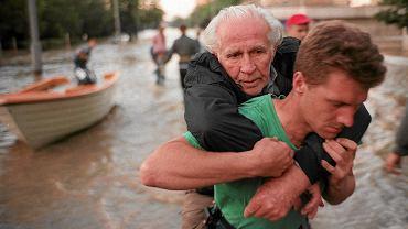 Powódź 1997. Na początku lipca tamtego roku na południu Polski, a także w Czechach i w Austrii padały niezwykle intensywne deszcze. Wezbrane wody Odry i Nysy Kłodzkiej pierwsze wsie zalały 6 lipca. Według prognoz fala wezbrania miała dotrzeć do Opola w weekend 12-13 lipca. Dotarła w czwartek 10 lipca, siejąc straszliwe zniszczenie.
