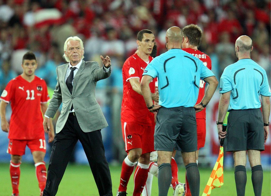 Trener Leo Beenhakker (2L) i sędzia Howard Webb (2P) po zakończeniu meczu Austria-Polska w 2008 roku.
