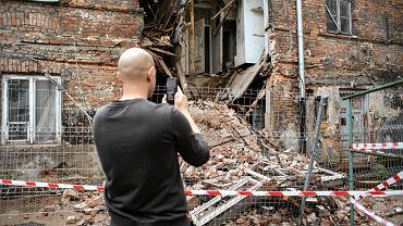 Zawaliła się szeroka na pięć metrów część trzykondygnacyjnej kamienicy przy ul. Poznańskiej 21. Warszawa, 26 czerwca 2018