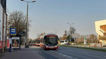 Autobus na ulicy Braci Mieroszewskich w Sosnowcu