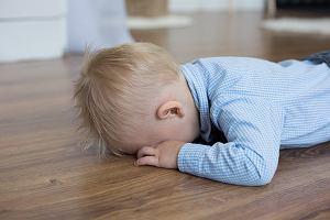 """Rodzice zrobili dziecku żart: """"Uważaj, kupa"""". Chłopiec dostał mdłości. W sieci dyskusja"""