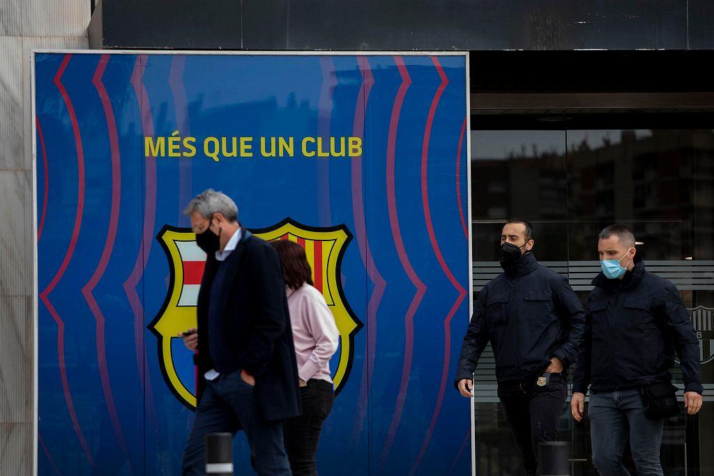 Policjanci pod stadionem Camp Nou