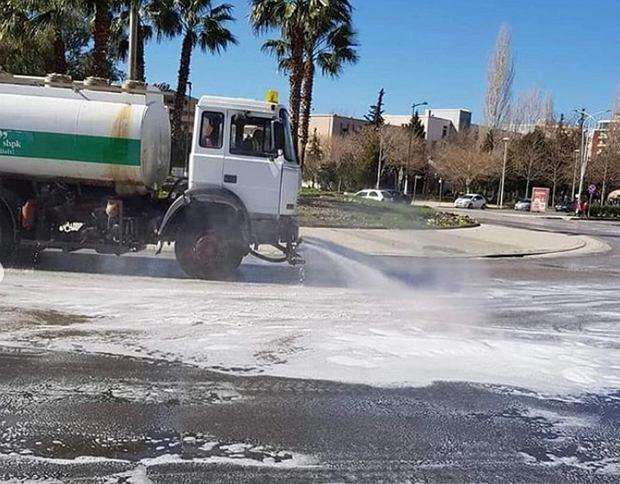 Albańskie ulice poddano dezynfekcji