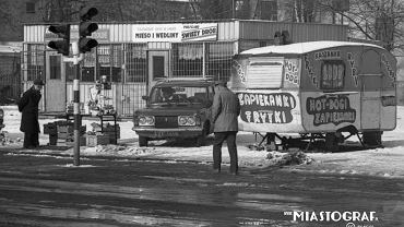 Edwin Dekker przyjechał do Łodzi na początku lat 90., by studiować architekturę. Zobaczył miasto, w którym z każdym miesiącem przybywa zamkniętych państwowych zakładów i bezrobotnych. Pod koniec 1991 r. w 840-tysięcznym mieście było zarejestrowanych 81 tys. osób bez pracy. Prasa pisała, że realne bezrobocie może dotyczyć nawet 200 tys. osób. Zdjęcie z 1991 r.