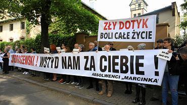 18 maja 2019 r. Protest absolwentów 'Marcinka' przeciwko udziałowi abp. Marka Jędraszewskiego we mszy z okazji jubileuszu 100-lecia ich szkoły