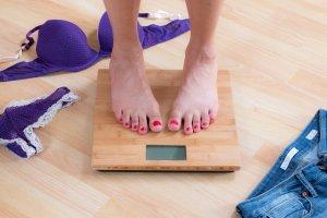 Nie chce ci się więcej ćwiczyć, a do osiągnięcie upragnionej wagi brakuje niewiele? Dowiedz się, jak nie przechodząc na restrykcyjną dietę możesz schudnąć 1 kg w bardzo krótkim czasie