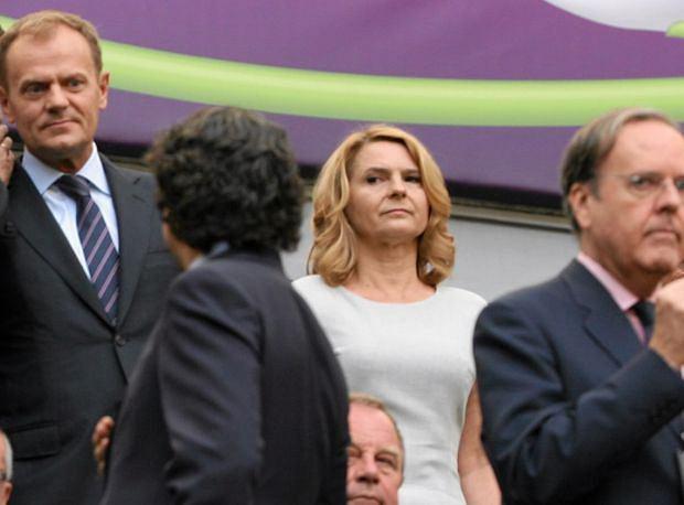 Zdjęcie numer 2 w galerii - Co Donald Tusk tłumaczy swojej żonie w czasie meczu Hiszpania - Włochy? My wiemy!