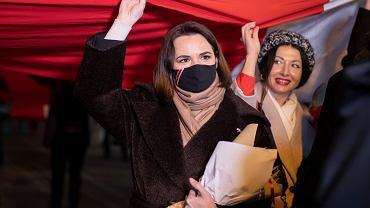 Swiatłana Cichanouska, ponad jej głową historyczna biało-czerwono-biała flaga Białorusi, nieuznawana przez reżim Aleksandra Łukaszenki. Białoruskie święto Dnia Wolności obchodzone w Wilnie, 25 marca 2021 r.