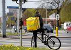 Dostawcy Glovo też się boją, a na plecach wożą zakupy z Biedronki. Ale to ratunek dla zwolnionych w pandemii