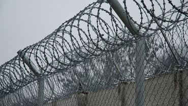Więzienie w Koronowie. Płot i drut kolczasty od wewnątrz