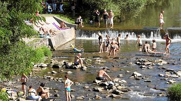 W gorące dni brzegi Wisły w Ustroniu oblegane są przez turystów
