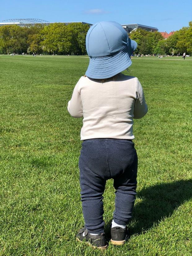 Kiedy rodzic zaprowadza dziecko do żłobka najpierw idzie z dzieckiem i z pedagogiem  na plac zabaw i dopiero, kiedy dziecko czuje się bezpiecznie, jest gotowe, aby zostać w żłobku samo, rodzic oddala się