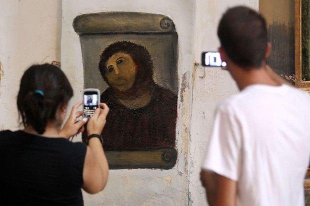 Cecilia Gimenez, 80-latka która odnowiła fresk przedstawiający Chrystusa w hiszpańskim miasteczku Borja stała się ulubienicą internetu. Ma już własny fanclub na Facebooku. Jego członkowie udostępnili zdjęcia z wycieczki do kościoła, w którym znajduje się