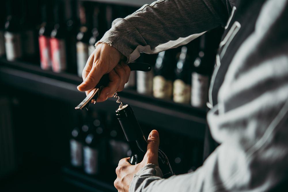 Otwieranie wina to coś, co warto umieć - to nie tylko umiejętność potrzebna podczas rodzinnych czy towarzyskich spotkań, ale także w kuchni