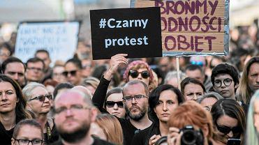 """""""Czarny Protest"""" we Wrocławiu. 3 października kobiety w całym kraju biorą wolne w pracy, by zaprotestować przeciw zaostrzeniu prawa aborcyjnego"""