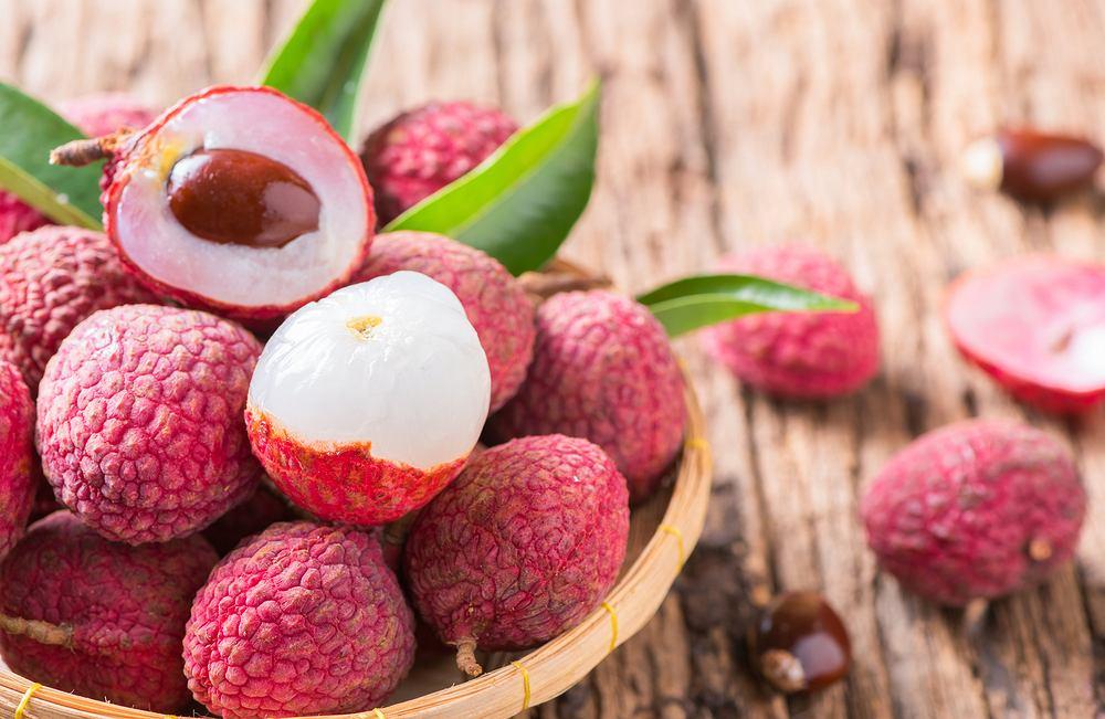Liczi to mały, okrągły owoc, na pierwszy rzut oka dosyć niepozorny, ale kryjący w sobie głębię smaków i potęgę pozytywnych właściwości.