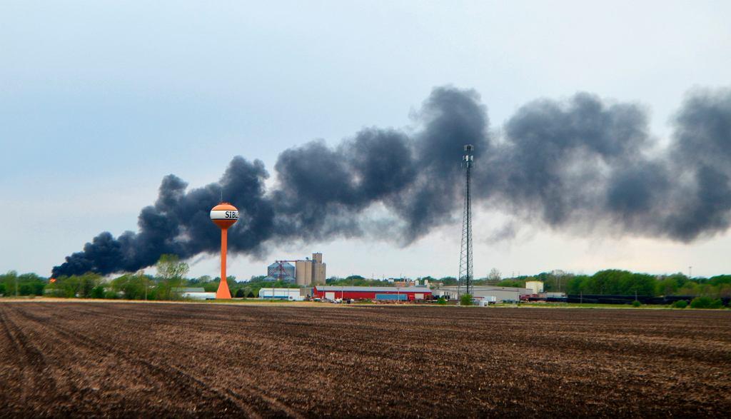 USA. Cysterny wykolejonego pociągu zapaliły się