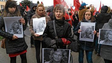 Protest przed fabryką Amiki. Uczestnicy trzymają zdjęcia Ilony Pujanek