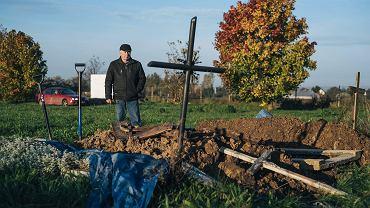 Jerzy Machnik, ojciec Cezarego, na cmentarzu w Żelistrzewie w czasie ekshumacji szczątków syna.