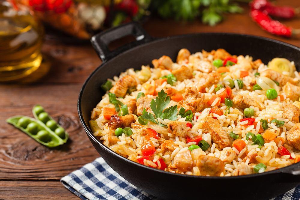 Kurczak z ryżem. Zdjęcie ilustracyjne