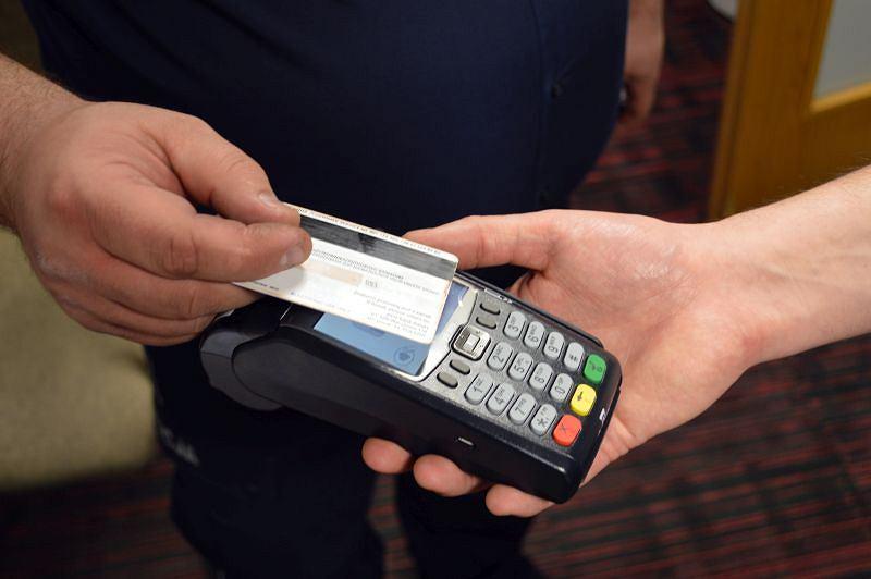 Policja może już inkasować kary z mandatów za pomocą terminali płatniczych