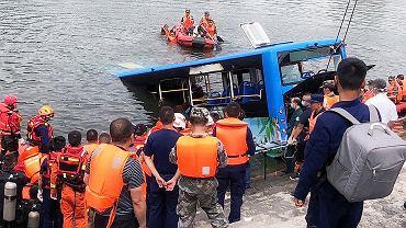 Chiny. Kierowca autobusu celowo wjechał do jeziora. Razem z nim zginęło 20 osób