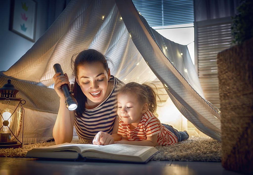 Czytanie z dzieckiem pozwala zbudować z nim więź