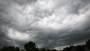 Burze, grad o średnicy 5 cm i tornada. RCB ostrzega (zdjęcie ilustracyjne)