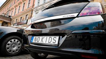 Ministerstwo Rodziny powołując się na prof. Janusza Witkowskiego zapewnia, że dzięki programowi 500 plus w 2050 r. będzie nas więcej o 1,7 mln. Naukowiec, na którego się powołuje - zaprzecza. N/z. Brawurowy Opel Astra GTC Turbo , którego właściciel(ka) wydał(a) równowartość dwu miesięcznych wypłat z programu 500 + na szpanerskie tablice rejestracyjne