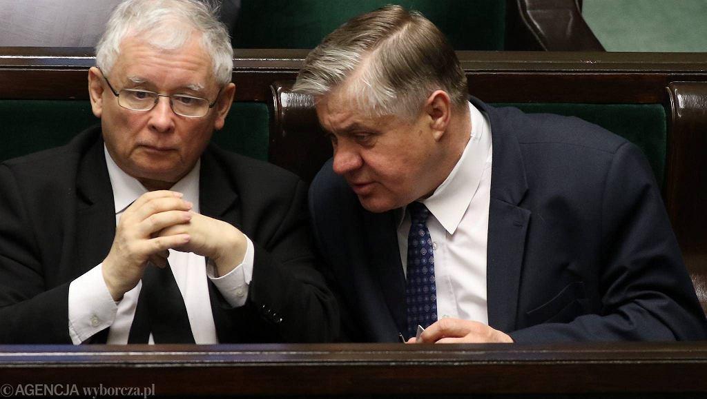 Minister rolnictwa Krzysztof Jurgiel przy uchu mocodawcy prezesa PiS Jarosława Kaczyńskiego. Warszawa, Sejm, 18 marca 2016