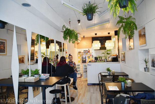 Wnętrze baru La Chica w Warszawie serwującego kubańskie kanapki