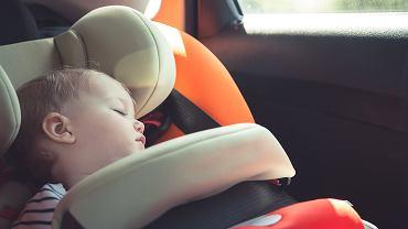 Nawet kilka minut w przegrzanym aucie może być dla dziecka niebezpieczne.
