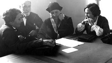 W kuluarach sejmowych, 1931. Senator Ludwik Józef Evert, senator Hanna Hubicka (pierwsza z lewej), posłanka Maria Jaworska (pierwsza z prawej), posłanka Zofia Moraczewska (druga z prawej)
