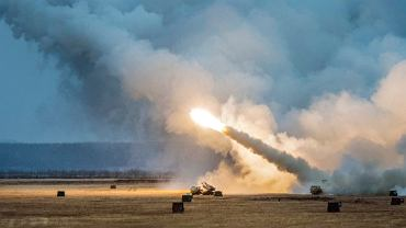 Żołnierze US Army podczas manewrów z użyciem wyrzutni rakiet HIMARS. Greely, Alaska, USA, 19 października 2018