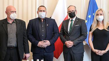 Adam Niedzielski przyznał odznaki 'Za zasługi dla Ochrony Zdrowia' trzem pracownikom punktu szczepień w Grodzisku Mazowieckim