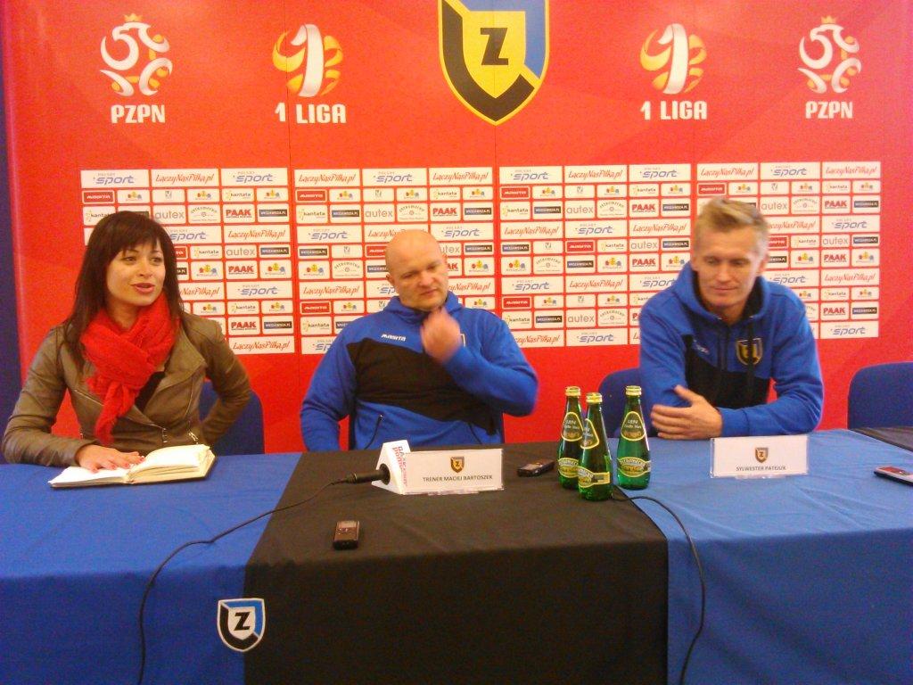 Konferencja prasowa Zawiszy: Od lewej: Daria Kosmala (rzecznik prasowy), trener Maciej Bartoszak, Sylwester Patejuk