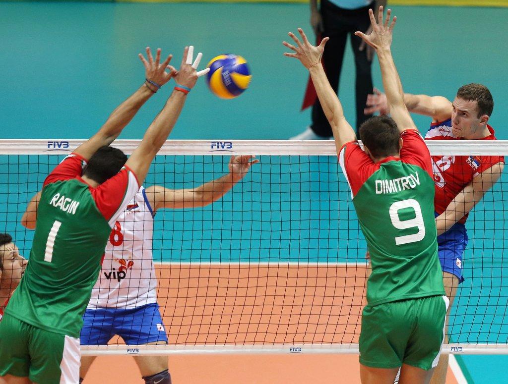 Filip Stoilović (z nr. 6) podczas meczu reprezentacji Serbii i Bułgarii