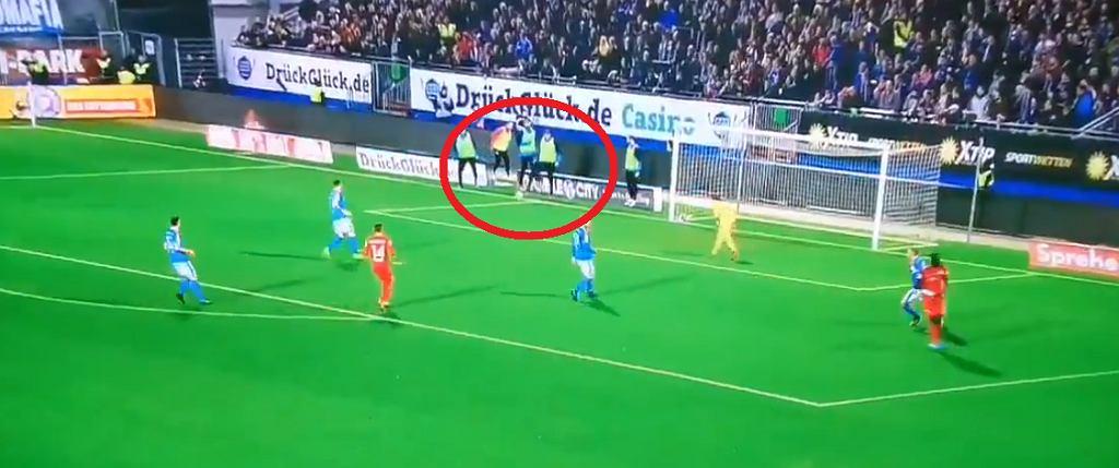 Rezerwowy piłkarz zatrzymał piłkę w boisku