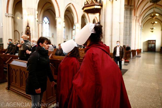 25.10.2020, Łódź. Czwarty dzień protestów przeciw wyrokowi TK ws. aborcji. 'Podręczne' w łódzkiej katedrze