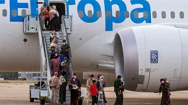 Afgańczycy, którzy zostali ewakuowani, wylądowali w bazie wojskowej Torrejon w Madrycie, 24 sierpnia 2021 r.