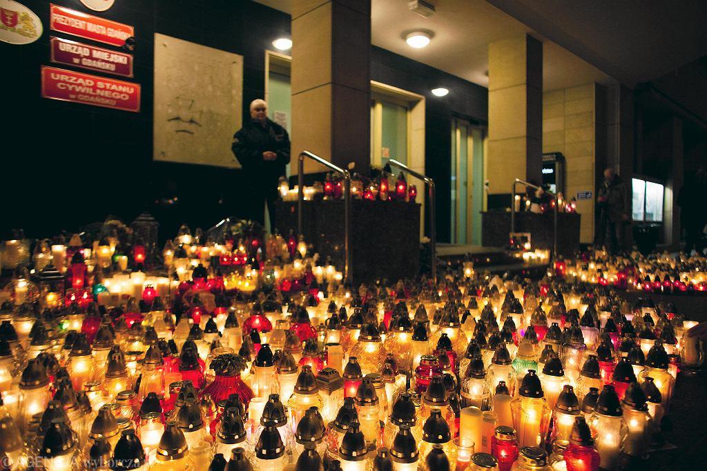 W poniedziałek wieczorem na ulicach Głównego Miasta pojawiły się tysiące zniczy. W oknach domów zapłonęły świece. Tak gdańszczanie i gdańszczanki uczcili pamięć zmarłego tragicznie prezydenta
