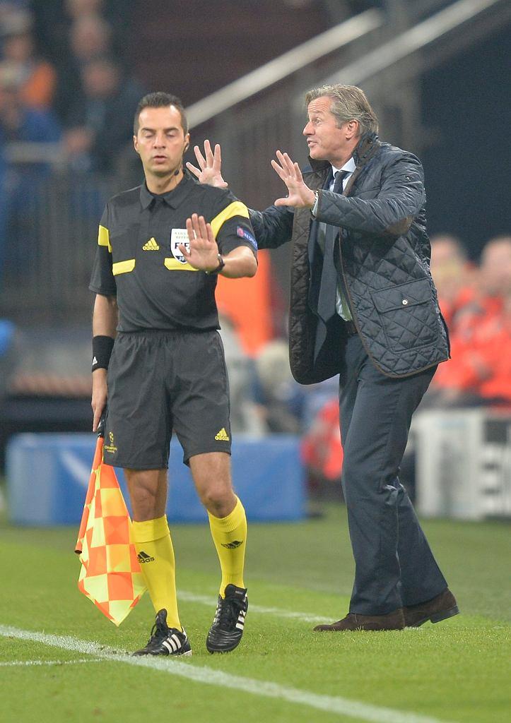 Tak naprawdę pewnie nie o to chodziło Jensowi Kellerowi, ale zdjęcie zostało zrobione i nic zrobić już się nie da... Czy trener Schalke 04 przedrzeźnia sędziego liniowego?