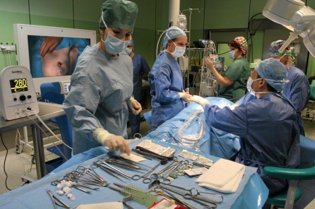 Operacja w Centrum Onkologii w Poznaniu (fot. Tomasz Kamiński/AG)