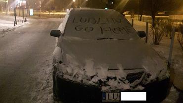 Napisz 'Lublin go home' na szybie samochodu
