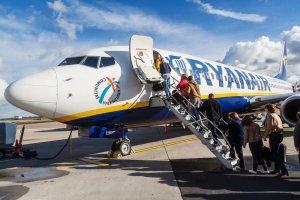 Ile musisz zapłacić za przekąski w samolocie tanich linii? [PORÓWNANIE]